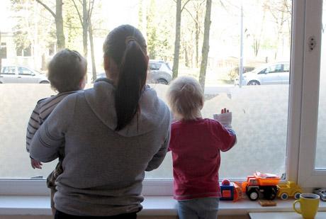 dirbti namuose su sergančiais vaikais)